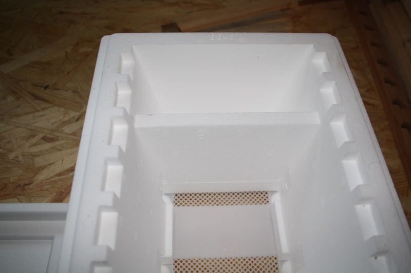 Das Innere der Begattungskästen bleibt weiß und wird später von den Bienen eingerichtet. Zu erkennen ist der Bodenschieber über den Luft in den Innenraum gelangen kann.