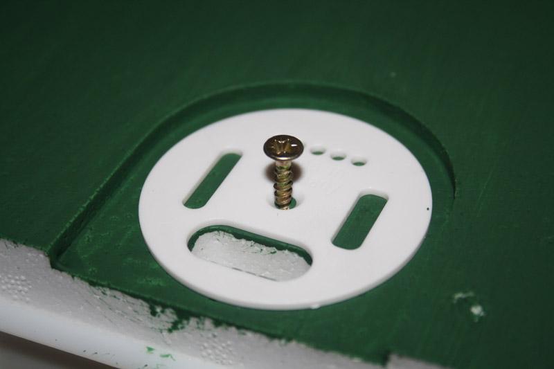 Mit einer Schraube wird das runde und variabel einstellbare Flugloch an den Begattungskästen mittig montiert